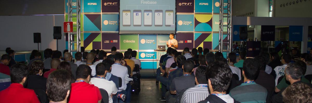 Tiago Gouvêa palestrando na Campus Party
